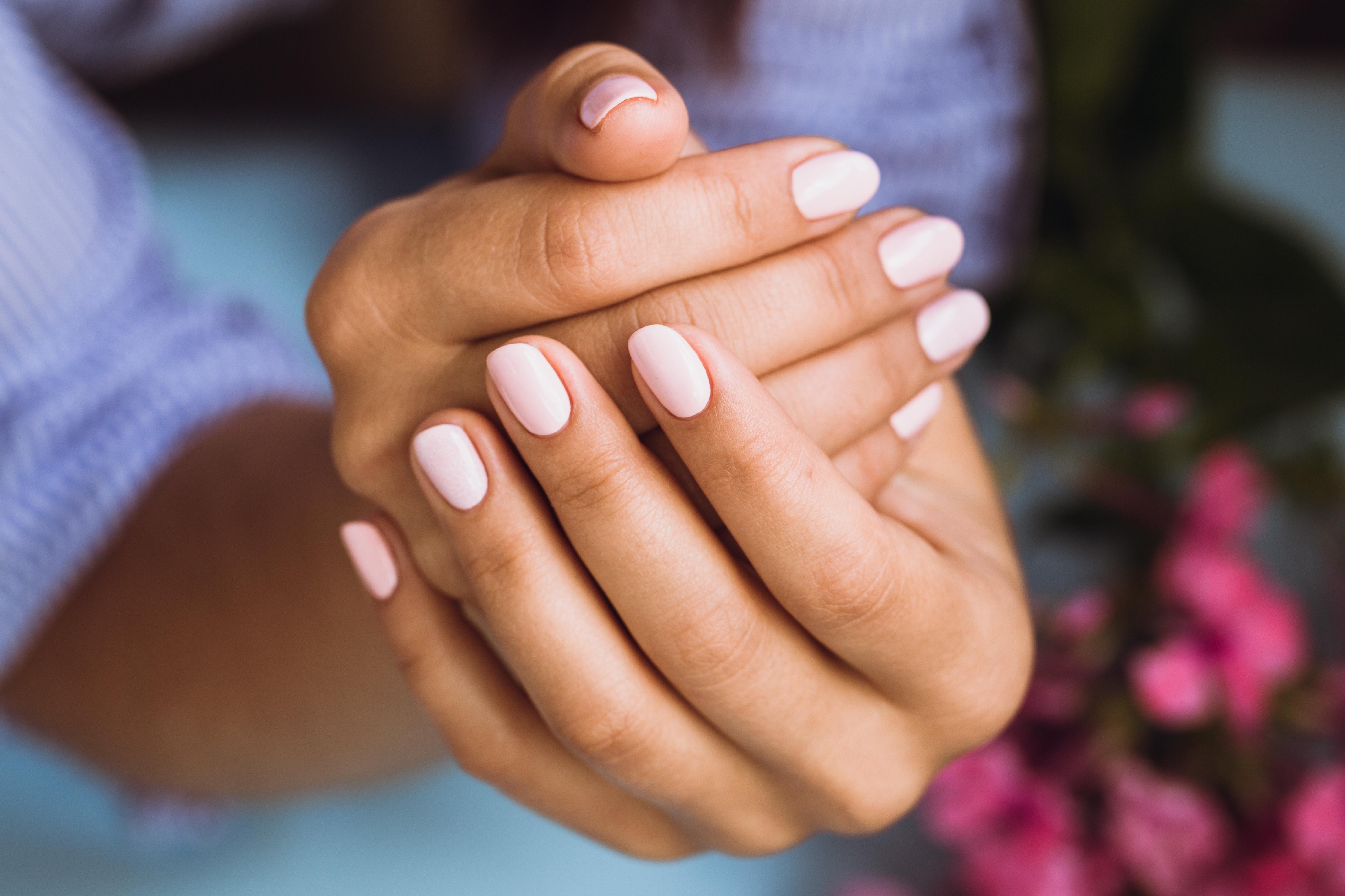 Paznokcie hybrydowe – dlaczego są takie modne?