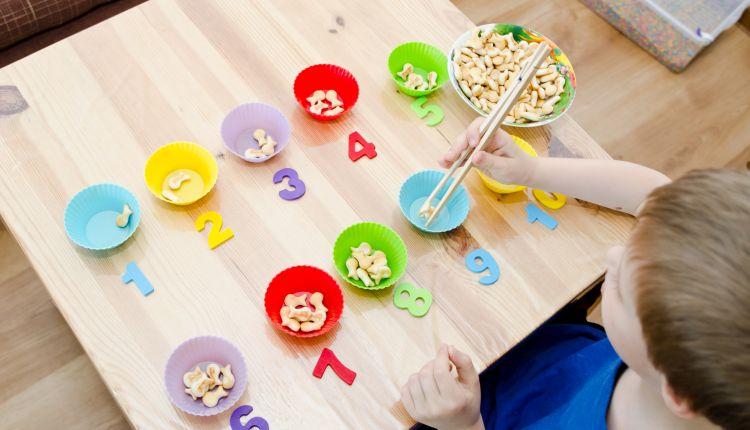 Zabawki i pomoce Montessori — jak z nich.jpg